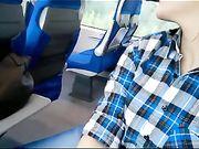 Eine ausstellende Freundin macht Oralsex im Zug