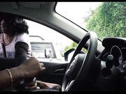 Mädchen passt einen Mann auf in seinem Auto zu masturbieren