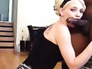 Eine geile Blondine schluckt einen großen schwarzen Schwanz auf den Knien